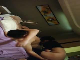 洗浴中心按摩房偷拍老司机大叔做大保健被吃着屌手指劲扣女技师的骚逼大家一块爽