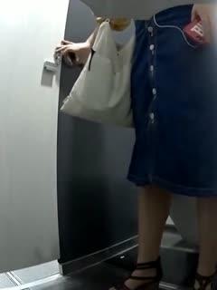 外站流出写字楼女厕洗手盆下偷放摄像头偷拍美女嘘嘘有几个美眉下面毛很多看着就让人兴奋-1