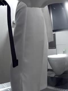 外站流出坐厕偷拍看打扮这应该是白领居多短发气质美女应该尿内裤了扯了好多纸擦逼