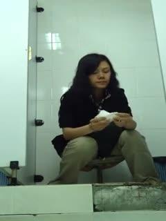 商场厕拍大眼萌妹一脸心事
