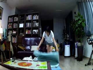 19年3月破解家庭网络摄像头偷拍貌似年轻媳妇趁着家里没有其他人和年迈的老公公在地板上偷情