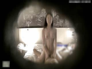 皮肤雪白漂亮的文艺范长发美女酒店和2个玩手游认识的网友一起开房,被2男扒掉短裤轮流抽插