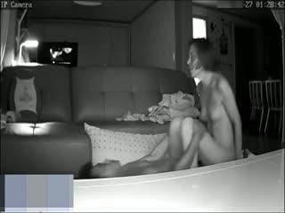 家庭摄像头被黑TP小两口客厅激情过夫妻生活男的一顿猛输出搞的美妻喘息呻吟女上疯狂的扭到高潮很刺激