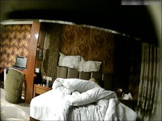 酒店偷拍清纯漂亮的牛仔短裤美女被男友骗到酒店后不愿意啪啪,软磨硬泡扒掉衣服操,男的喜欢从后面干的深