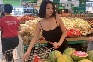 骚女孩不穿内裤逛超市还撩起黑丝裙露买了一个家具上了车迫不及待自慰