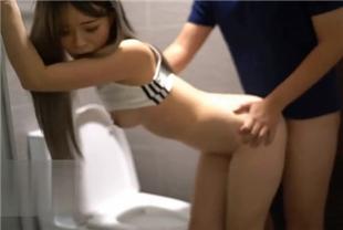台湾健身房公厕挑逗旁边路人 硬挺肉棒尻了起来 自动送进门