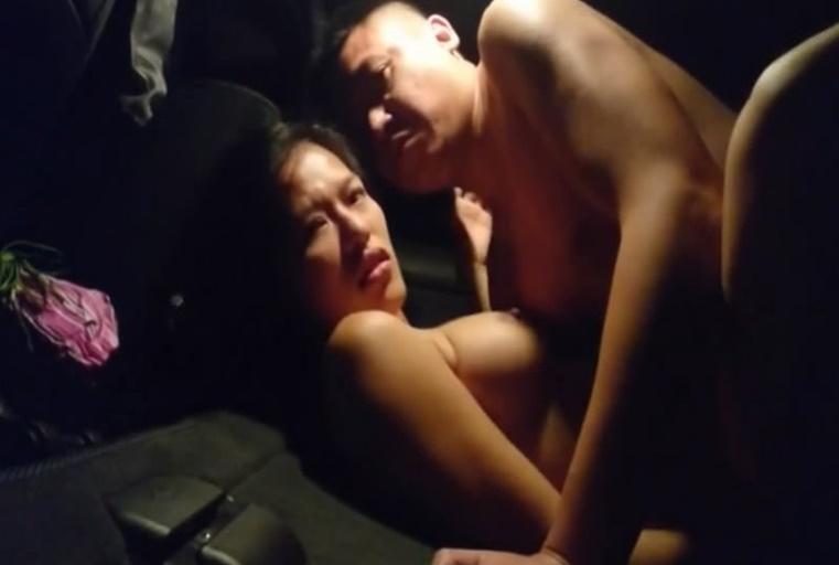 广州水货老板涛哥路边车震大波少妇无套内射骚妇还淘穴闻精子的味道粤语对白