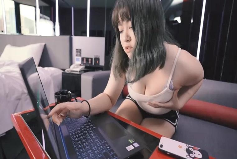 国产AV剧情寂寞女友性欲太强帮男友网购内裤也能让小穴湿透