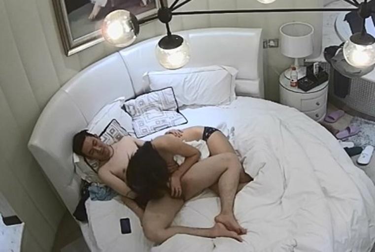 轻性感的大胸美女正在蹦迪被情人约到酒店,男的迫不及待解她胸罩干她,美女有点反抗