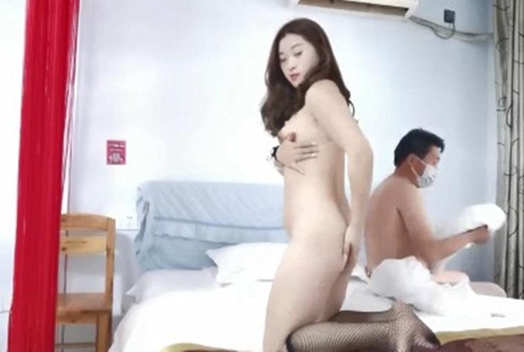 男友直接走过去给女友吹~之后直接爬上床GG和BB直接就插在一起了