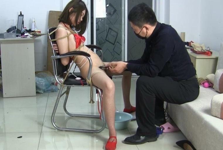 摄影师大叔椅子上捆绑白嫩苗条国模边拍边给她刮阴毛剃完再用振动棒搞她BB妹子嘴说不要还不停呻吟国语