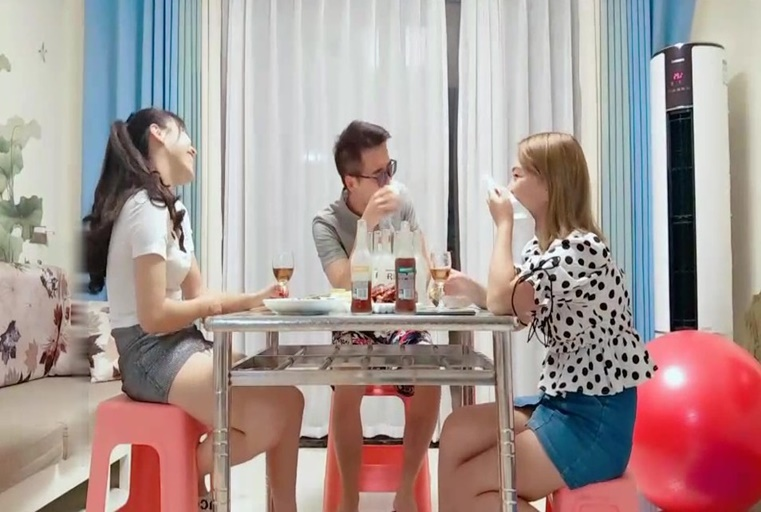 眼镜小哥剧情演绎吃饭灌醉两个妹子 放在坐子上后入啪啪再放到沙发上猛干 很是诱惑喜欢不要错过