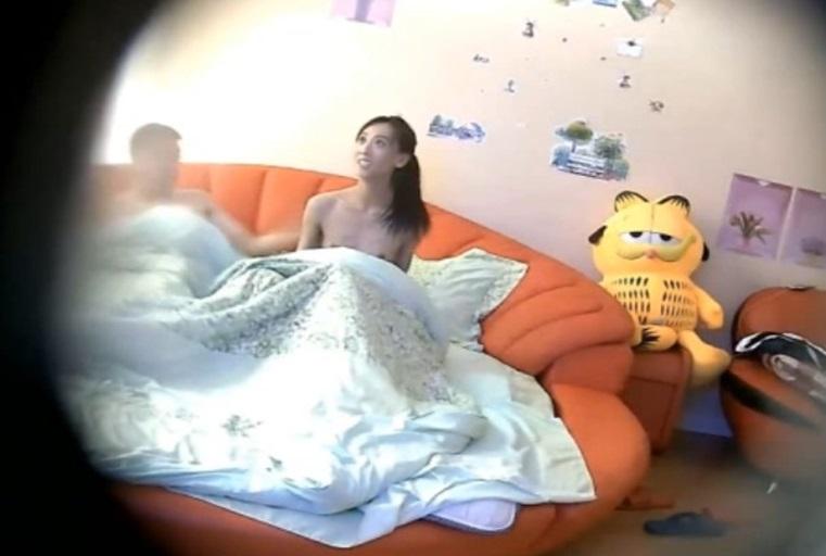 [独家]情趣酒店拍摄到的小鸡巴大叔和美女情人开房爱爱 貌似有点猛干得直接累趴下了 露脸高清