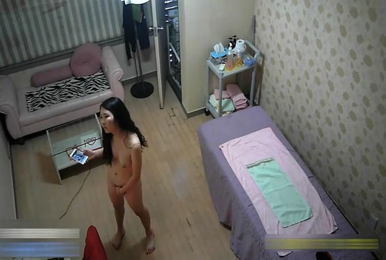 黑客破解网络摄像头偷拍按摩店美女技师给帅哥大保健啪啪居然用垫过床的毛巾檫逼