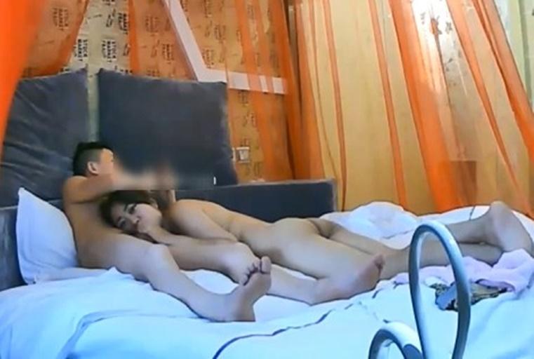 精品酒店偷拍大眼美女被中年男激烈抽插叫声淫荡
