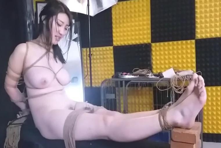 真实自拍-河北气质性感的170CM美女嫩模沈X被变态摄影师绑住手脚强行按着女上位操,美女挣扎不开被内射
