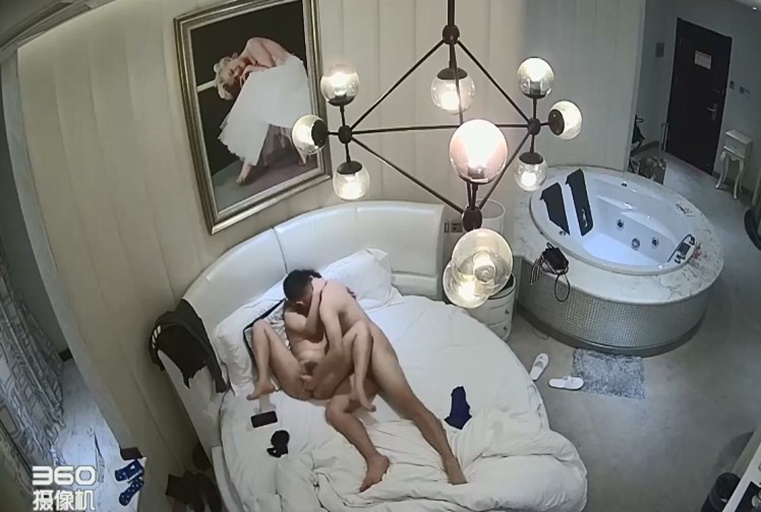 情趣酒店豪华房偷拍高素质情侣从床上干到浴缸还不过瘾站着扶着墙干