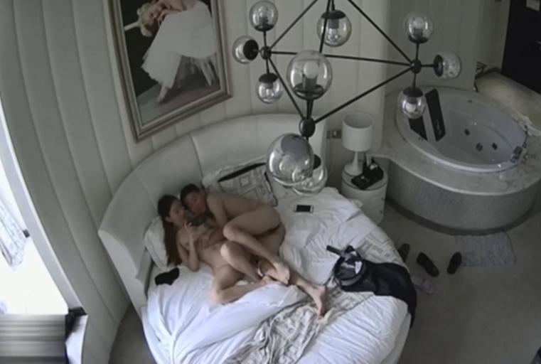 精品酒店豪华套房偷拍有点逗逼的情侣女的特别骚阴毛茂盛自己都忍不住时不时摸逼闻骚味