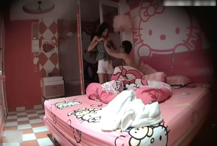 气质漂亮的180CM短裤大长腿美女性欲太旺进酒店房间就诱惑男友啪啪