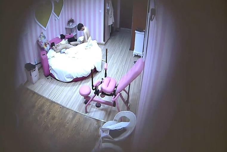 特色酒店偷拍连炮椅都不认识的清纯美女躺在床上只顾玩手游 男友急的当场扑倒她狠狠爆操 爽的也不玩游戏