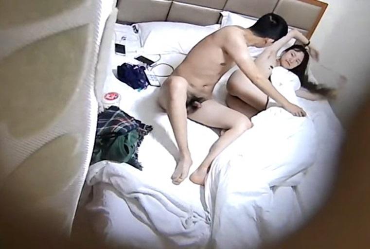 酒店偷拍度假的小情侣玩一会电脑再激情做爱女友的逼毛很性感诱人很有撸点(上集)