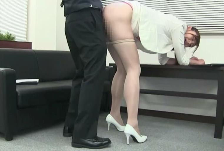 巨乳炮友让她用能把钮扣弹飞的大奶夹棒,钻进裙底品尝肉感大腿不自觉就射了
