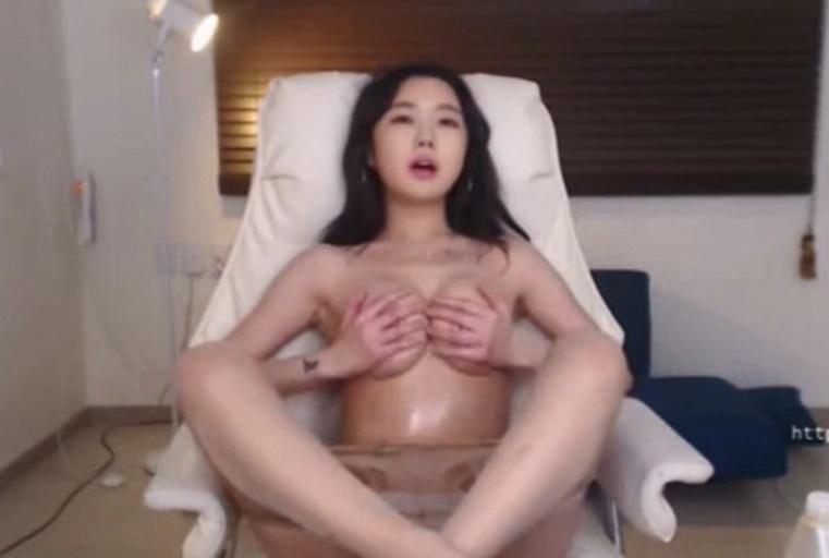 韩国颜值不错甜美妹子揉奶自慰秀