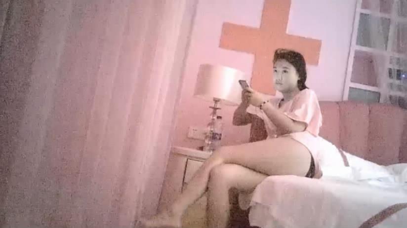 高级私人会所医院主题情趣房间和逼毛浓密性感的小姐激情啪啪下面淫水泛滥