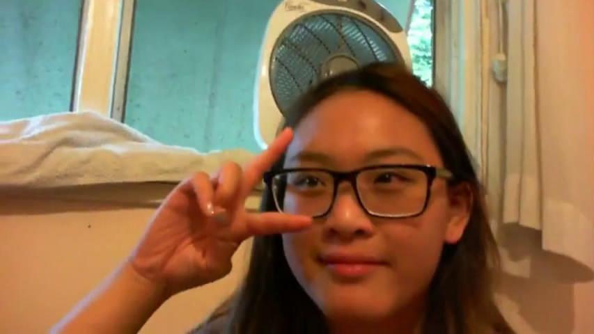 样子非常可爱的华裔眼镜美眉剪刀手被洋帅哥插无毛小肥逼幸好这洋屌不算粗大