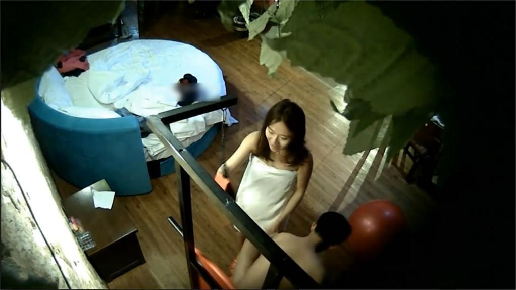 酒店偷拍清纯美女大学生有些害羞和男友啪啪,床上操多姿势操了好几炮,叫床好听