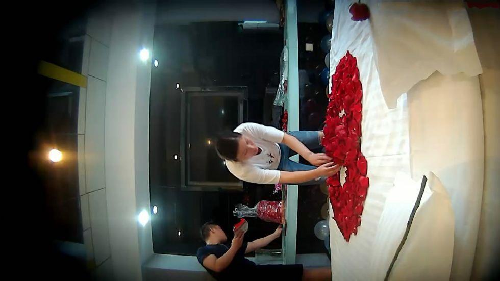 为了拿下刚认识的性感美女白领和酒店服务员一起提前把房间装扮出浪漫气氛,果然的手连续干了3次!都累瘫了