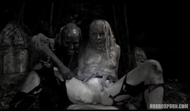 S级猎奇恐怖情色AV《谜片版阴尸路》被饥渴到不行的姐妹花母殭尸扑倒