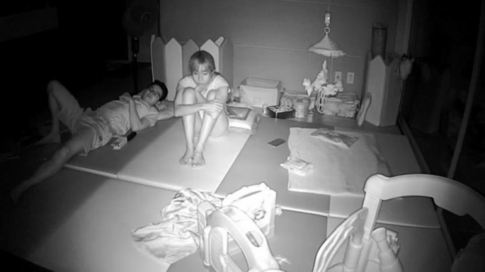 家庭摄像头破解强开TP夫妻客厅看电视欲望高涨把苗条大奶骚妻扒光打炮少妇呻吟声太刺激了啊啊嚎叫