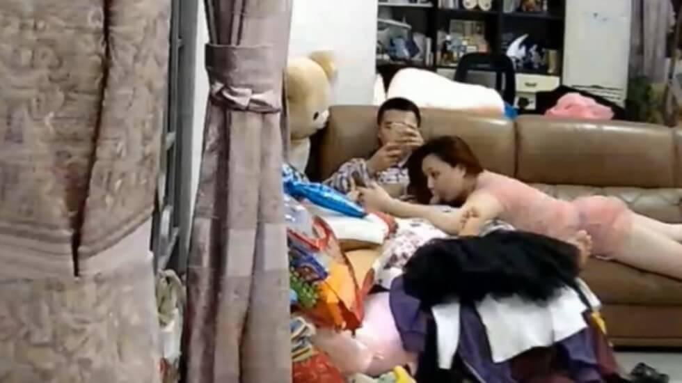 美嬌妻趴沙發邊玩手機邊吃屌啪啪