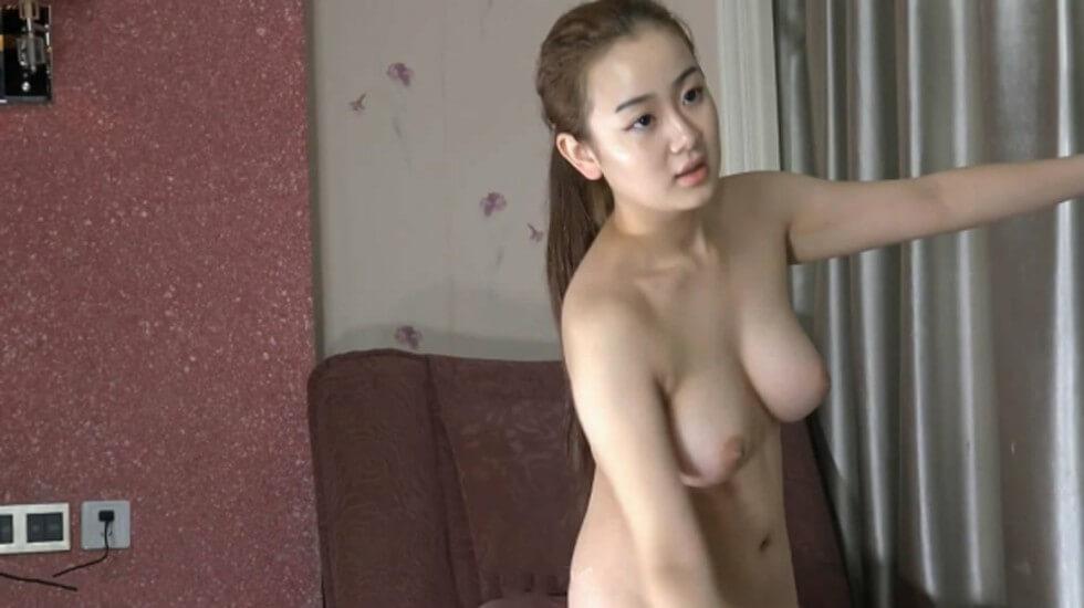 某俱乐部流出有点类似艺校美女招聘才艺展示精选片段压轴全裸那妹子非常有潜质