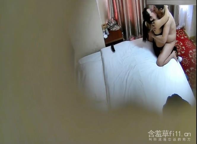 小旅馆偷拍运动服少妇和单位相好偷情干到一半手机响了立马暂停最后射骚妇身上
