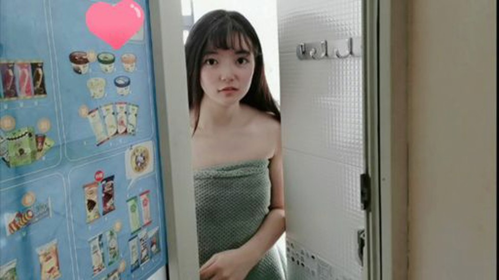 大量精夜顏射口爆蘿莉女大生借用宅男鄰居浴室
