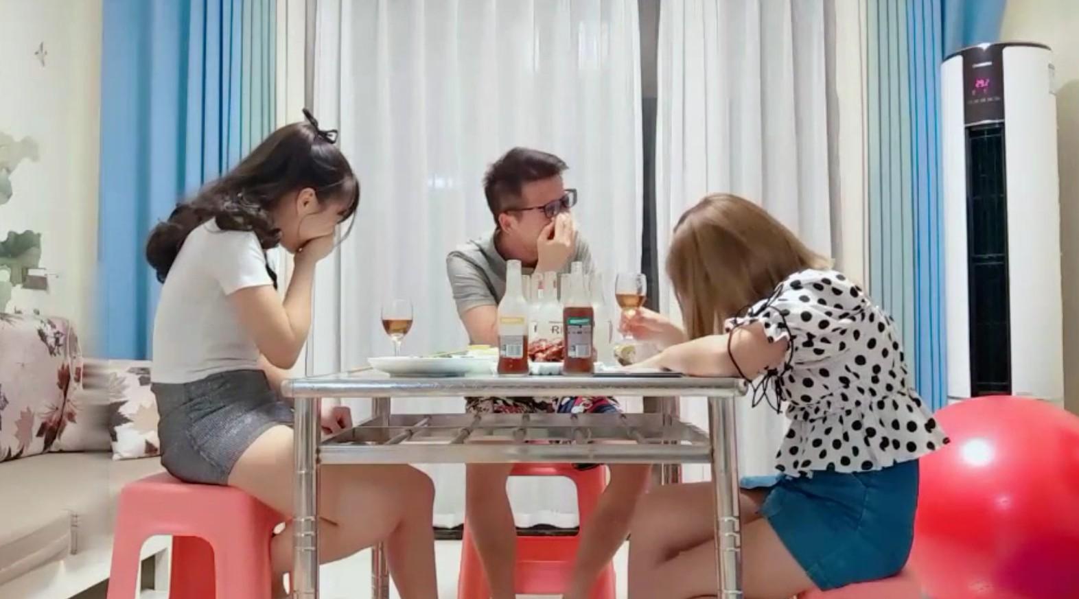 小哥剧情演绎吃饭灌醉两个妹子_放在坐子上后入啪啪再放到沙发上猛干