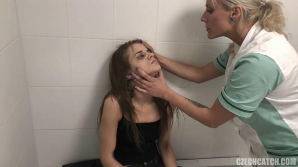 俄罗斯一救急中心视频流出,宿醉纹身姐妹花被救护大屌男无套抽插,喝太多一顿干都没操醒