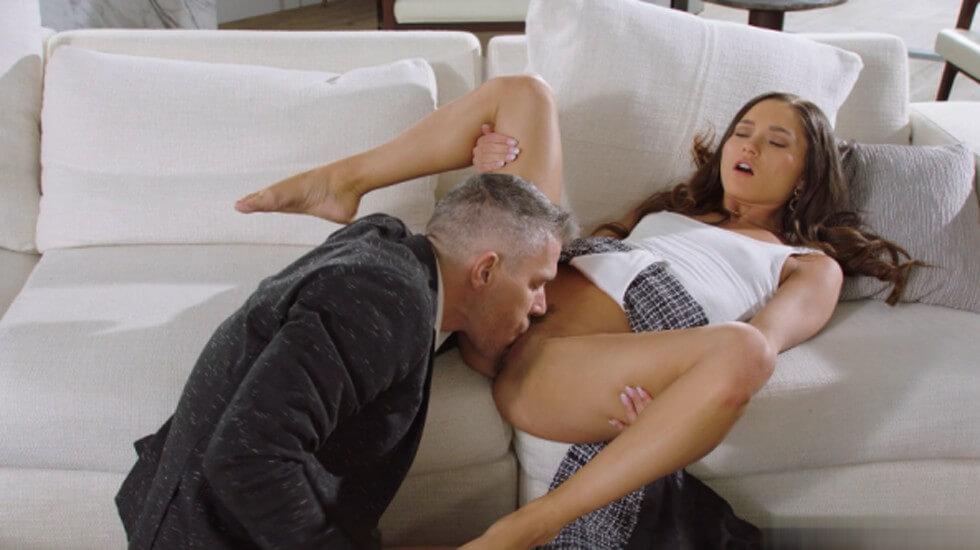 性感小姐姐和巨屌男友在豪华别墅沙发上互相抚摸然后以后入式猛烈的性交