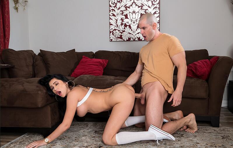 光头小哥去女朋友家里做客寻求刺激跟女友客厅做爱差点被女友母亲发现胆子真肥