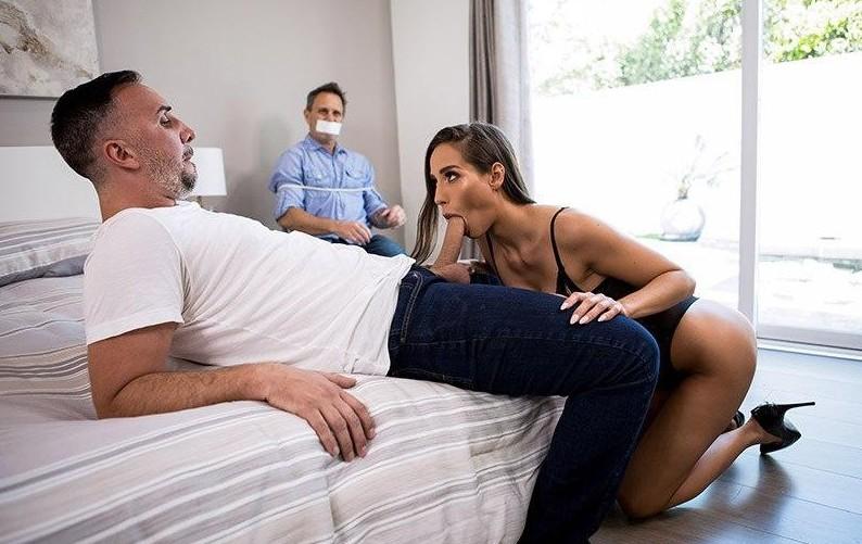 男友被捆绑无可奈何只能看着女友与他人做爱