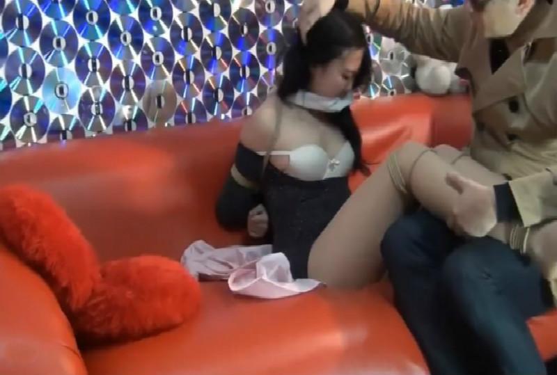 国模工作室流出漂亮护士制服模特被摄影师迷倒绑起在沙发上淫猥玩奶子