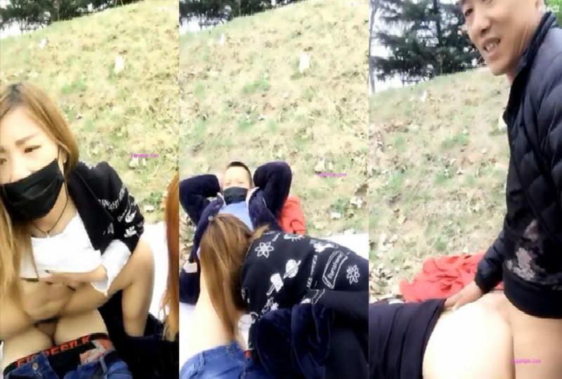 ?两男两女户外直播小山坡4P野战 两个男的轮流战双女其中一个去上面放哨