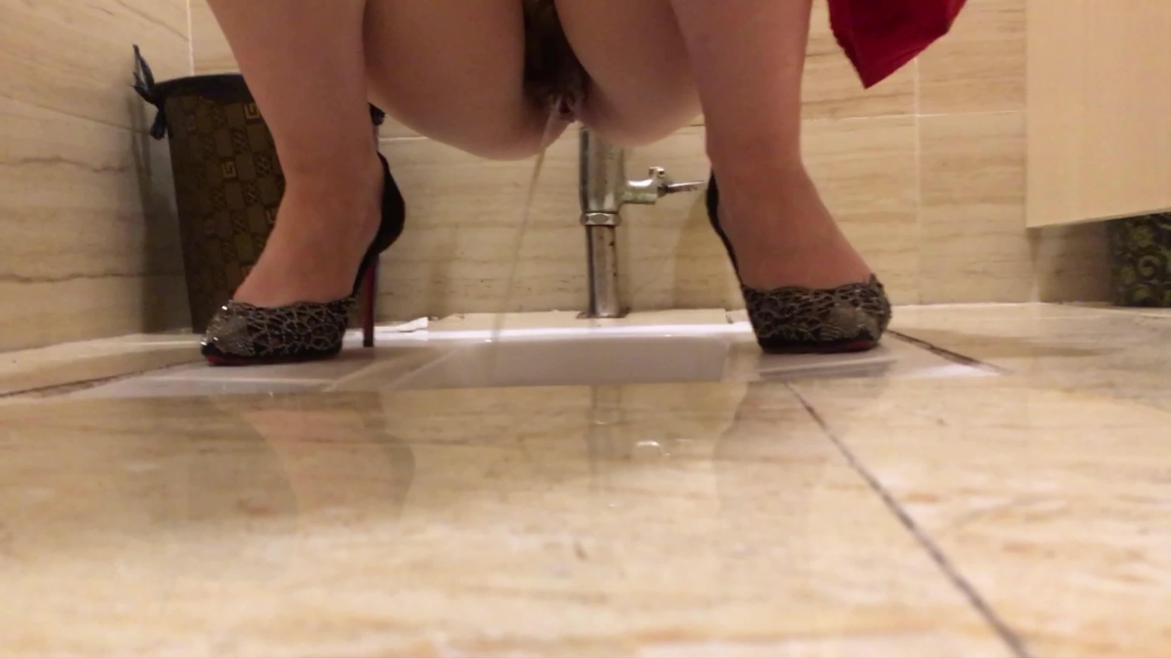 超清4K厕拍高档酒店举行婚礼的极品红裙子伴娘上厕所