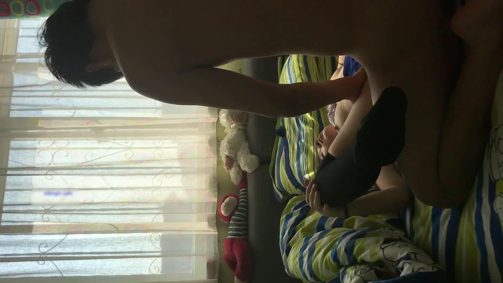 我害羞校花级小美女穿着空姐制服黑丝和排骨男友在房间啪啪妹子咋会看上这男的一点都不帅