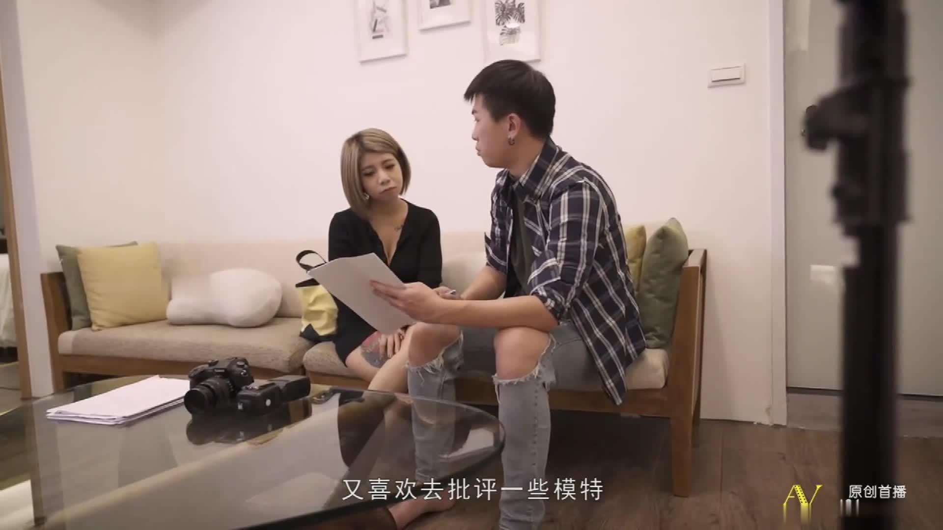《新年贺岁档》国产AV剧情摄影师诱导女模发浪骚气调情在拍摄现场做爱1080P高清版