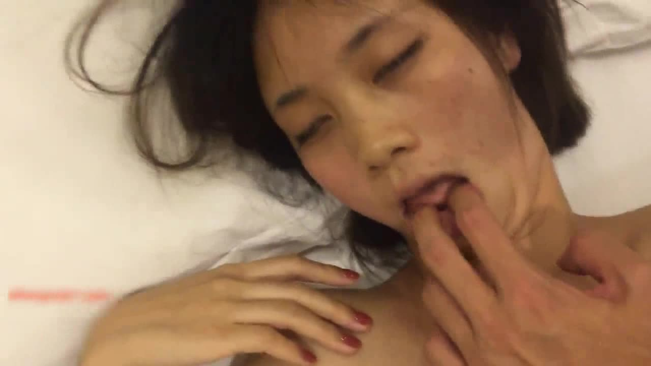 真实自拍17私藏作品-杭州白嫩性感漂亮美女和闺蜜男友酒店见面时不小心中招被各种蹂躏虐玩后啪啪!