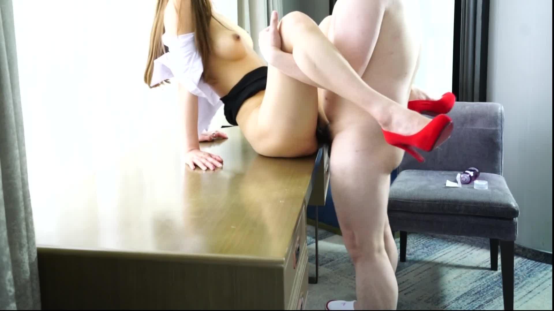 最新众筹高挑车模毛婷穿着制服红高跟被摄影师在桌子上干1080P高清无水印