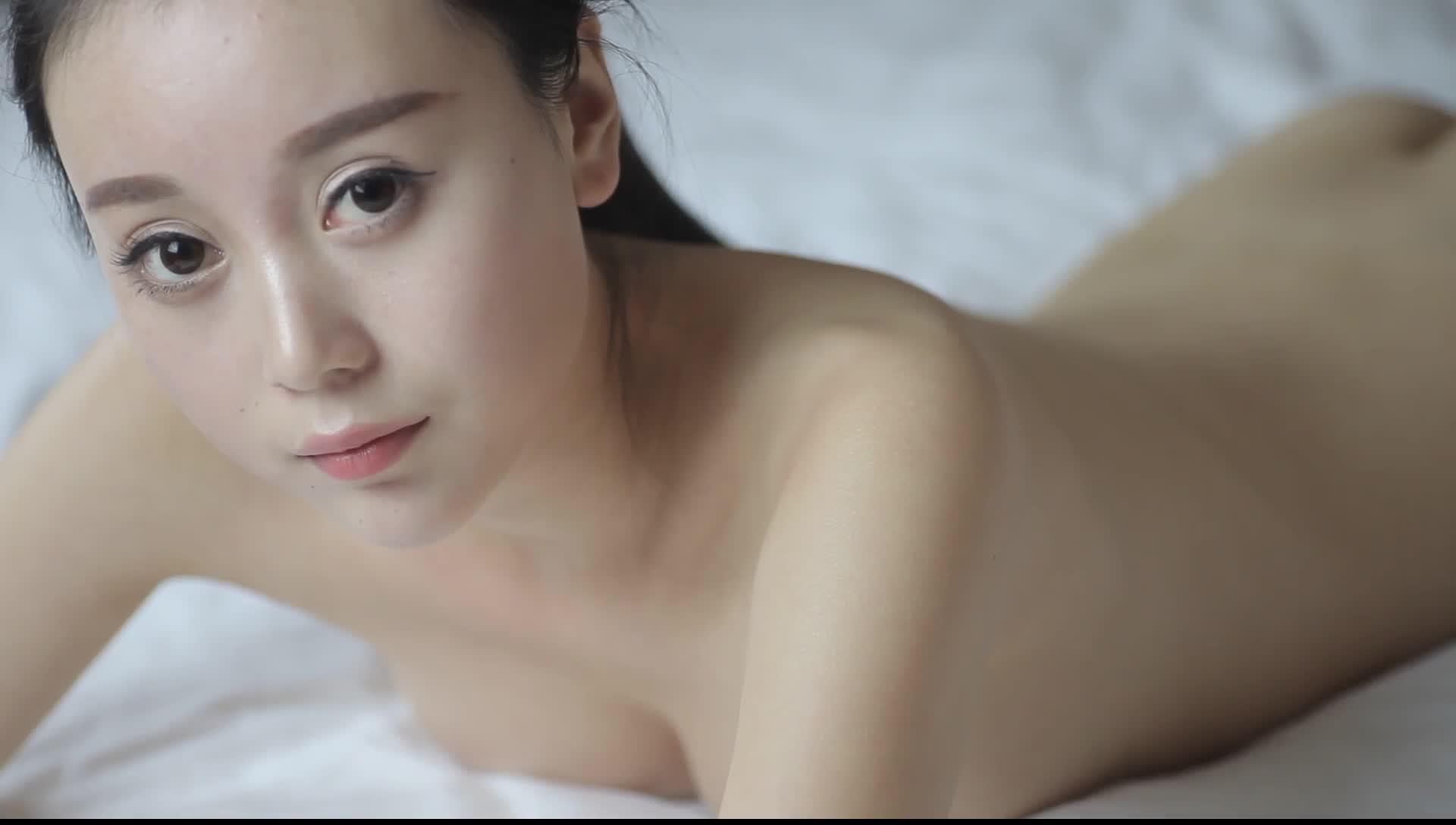 高颜值人气网红大胆全裸私房拍摄雪白无瑕的身体貌似还是白虎国语对白1080P超清原版